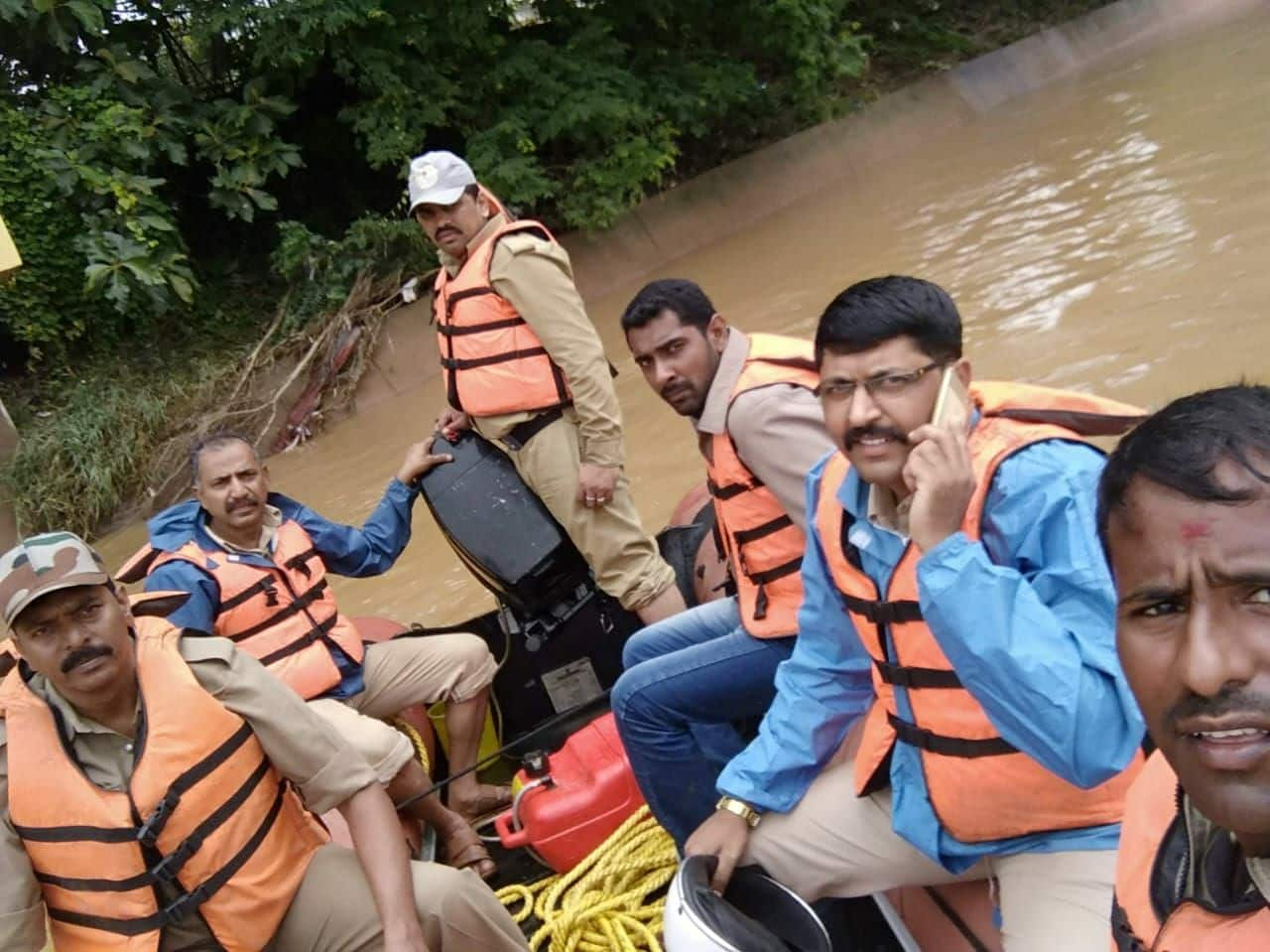 This is how sons search for mother's Body who Fell down in Tunga River