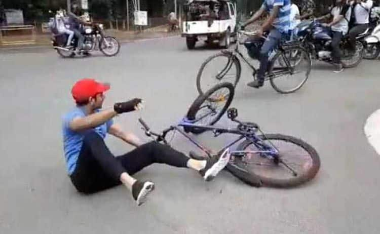 Tej Pratap fell down from bicycle in Patna