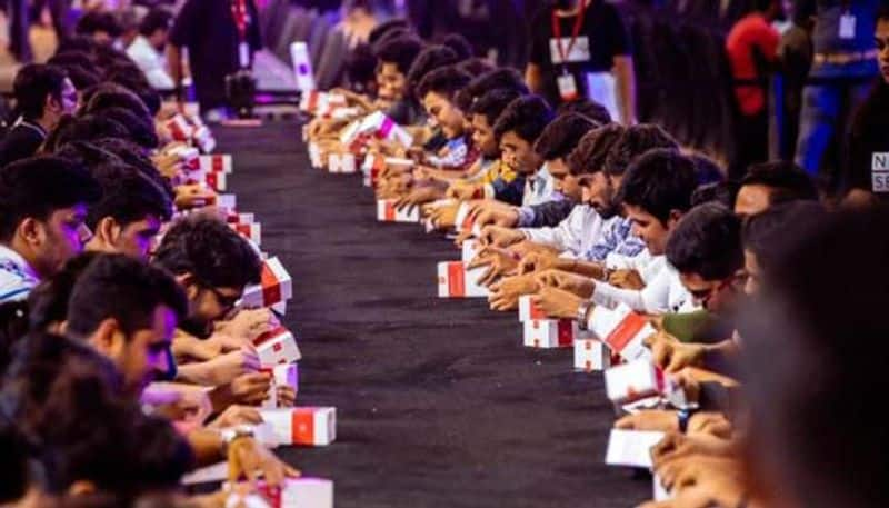 OnePlus 6T creates Guinness World Record, becomes a phone unboxed by most people simultaneously