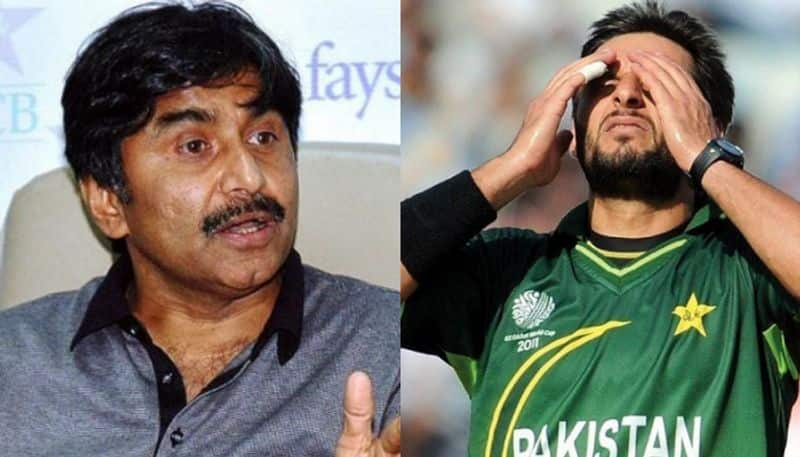 Javed Miandad advises cricketers to avoid voicing opinions on political issues