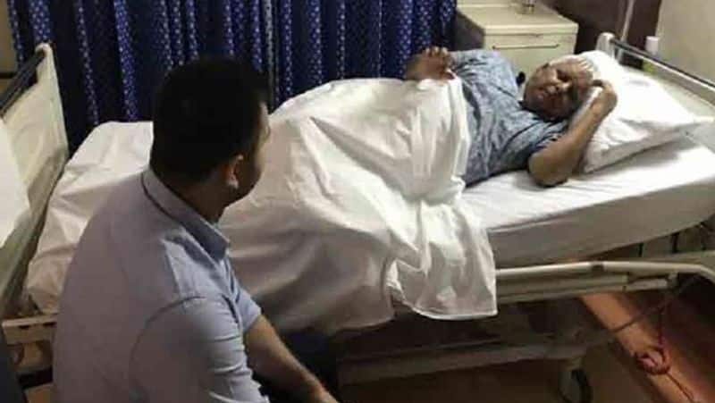 lalu yadav can not even walk because of knee pain