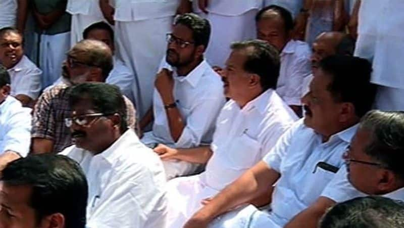 Kerala Police Pinarayi Vijayan allow Congress leaders to Sannidhanam