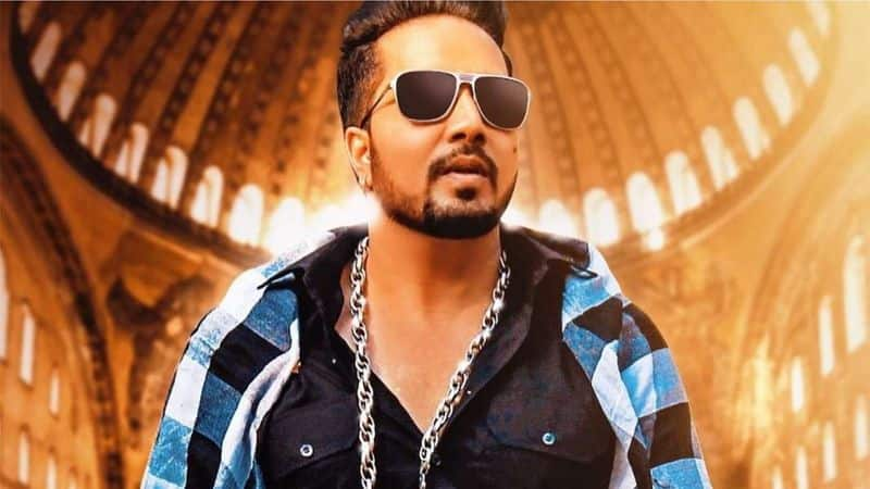 Mika Singh performs at Karachi for Pervez Musharraf relative courts controversy