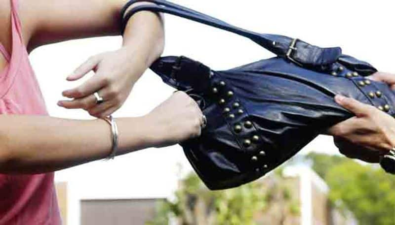 robbers chopped women fingers and grab her bag