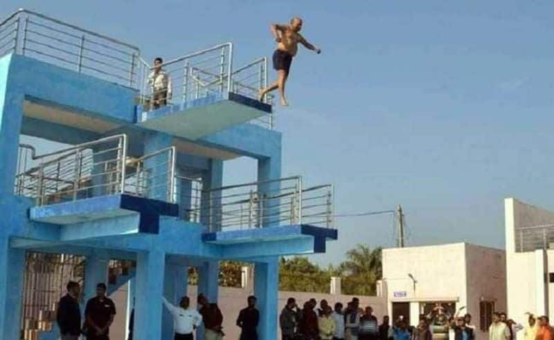 Why Minister jumped from the hight of twenty feet
