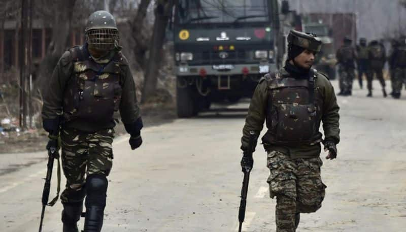 Stone-pelting mobs of Kashmir shield terrorists during security forces operation again