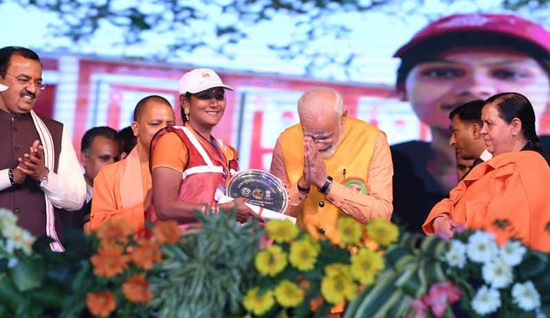 Prime Minister Modi donates 21 lakh rupees from personal savings for Kumbh Mela sanitation workers
