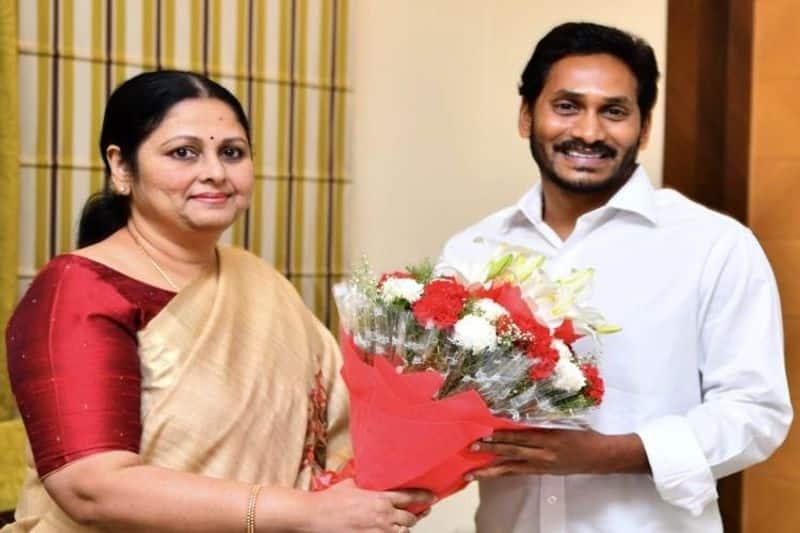 Popular Telugu actor Jayasudha joins YSR Congress