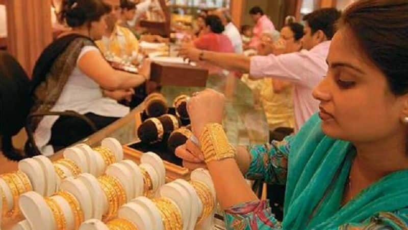 Gold price may slash soon, gold buyer should wait