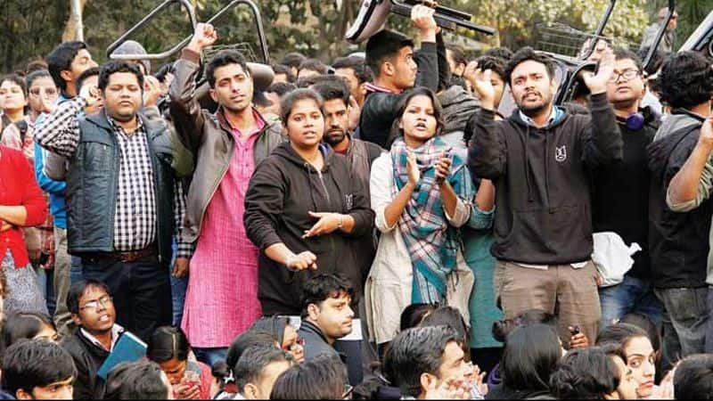 Students of a chaotic JNU, mistreated the wife of the Vice Chancellor hostage for several hours
