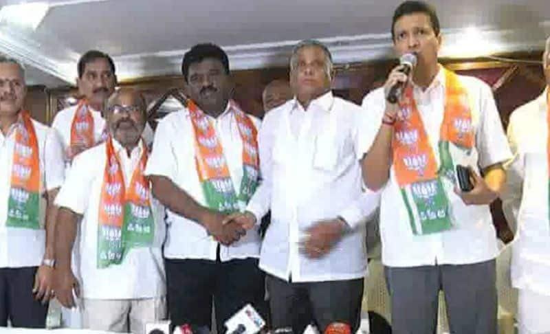 HD Kumaraswamy Close Aide Chidanandagowda Joins BJP In Tumkur