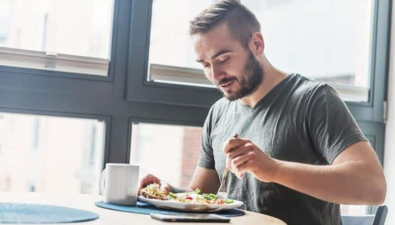 Do not do these things while sitting to eat according to astrology