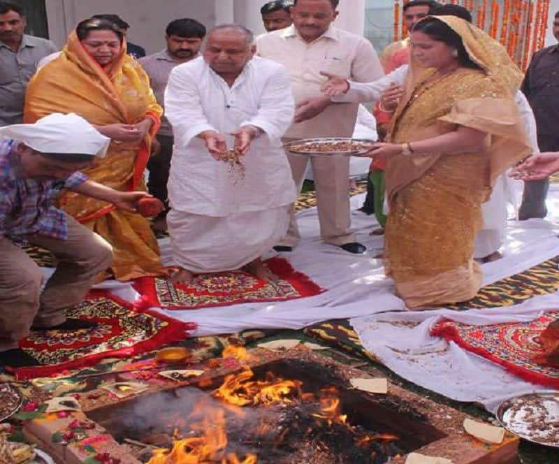 Mulayam singh entered in new house, but Akhilesh-dimple and shivpal kept away from griha pravesh