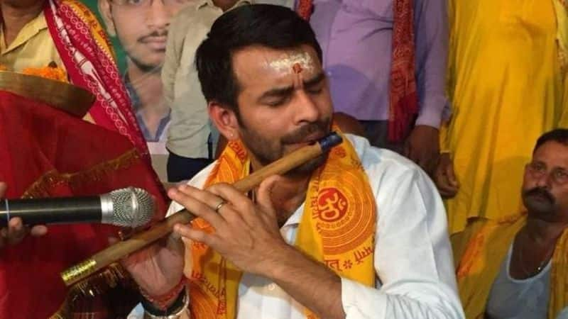 know after lost election in bihar where lalu prasad son are doing bhajan kirtan
