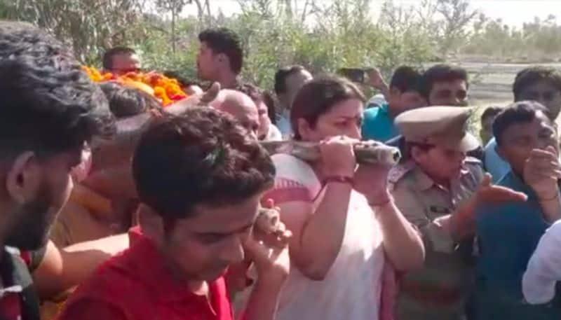 Smriti Irani, UP ministers reach Amethi to perform last rites of slain BJP worker