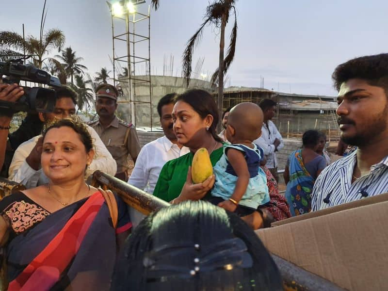 actress vindhya prayed in jayalalitha's samathi in merina beach