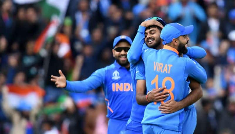 virat kohli reaction after vijay shankar took wicket in his very first ball in world cup against pakistan