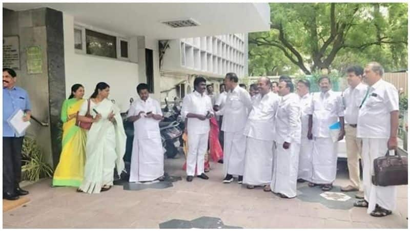 DMK MPs signing in English