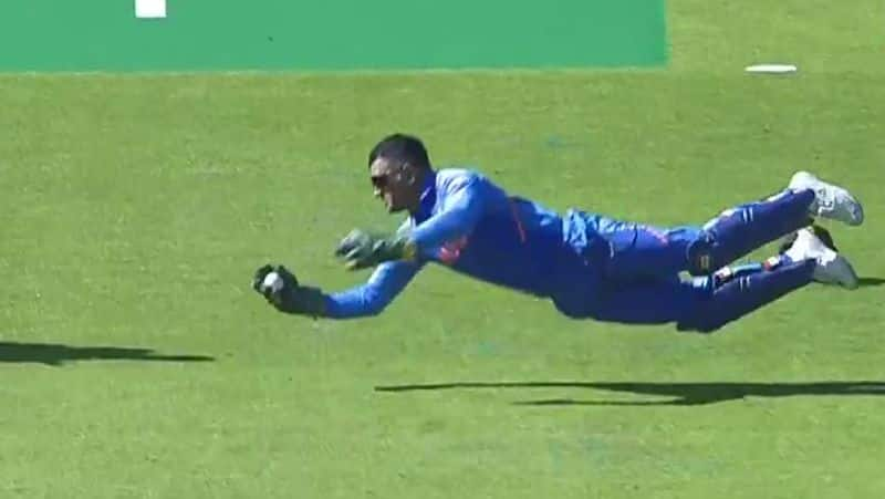 netizens opinions about dhoni and sarfaraz ahmeds dive catches