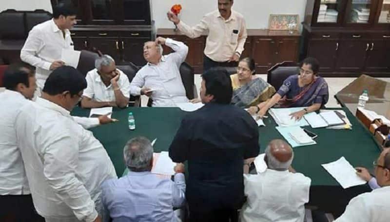 danger to kumarasamy govt in karnataka