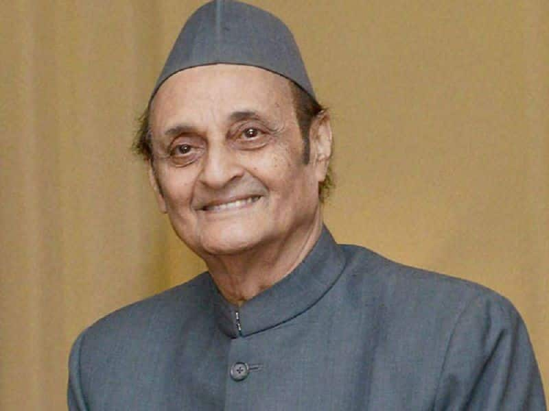 Karan singh asked to party constitute committee under leadership manmohan singh for new president
