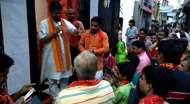 Uttar Pradesh: BJP Kisan Morcha chants Hanuman Chalisa on Aligarh road to oppose namaz on streets