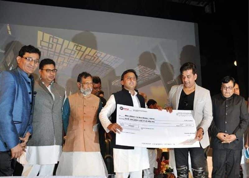 SP president released a photo of Ravi kishan who receiving award from him