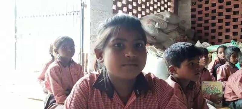 Government school building has become shabby in barabanki uttar pradesh, children are studying in a personal shelter