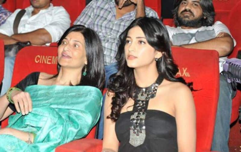 familiar actress  taking snaps with their mother