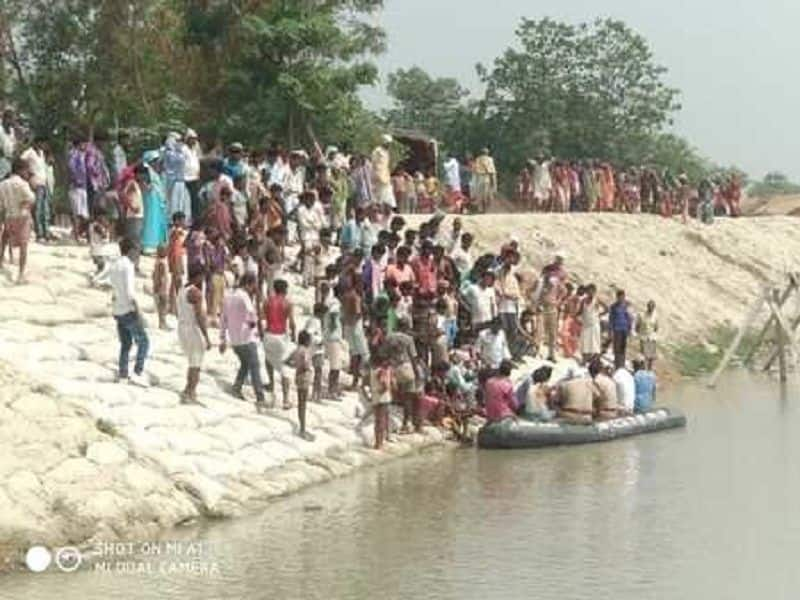 The woman pray and offer flower then jumped in river