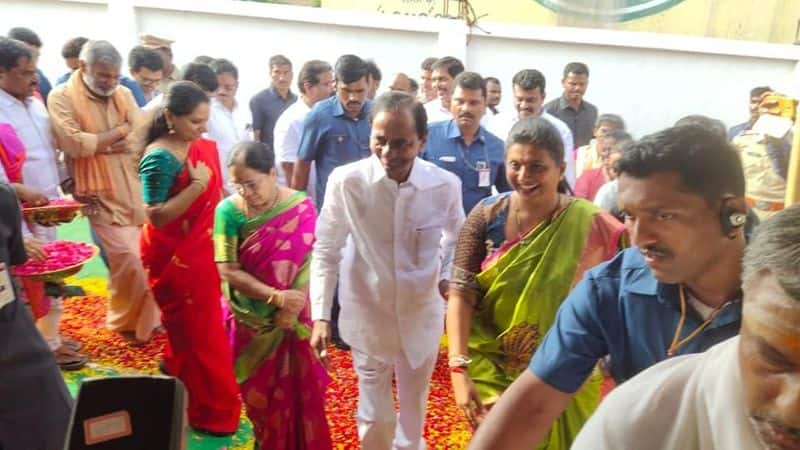 Telangana CM KCR calls YSR Congress Roja