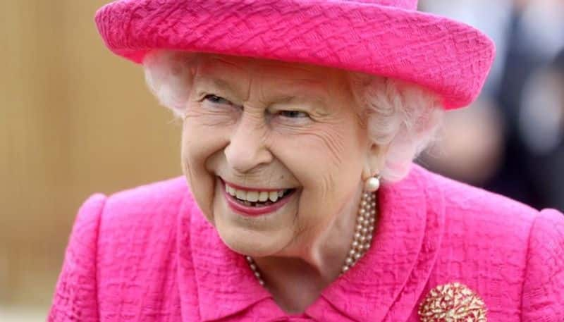 Queen Elizabeth Leaves Palace After Aide Tests COVID-19 Positive