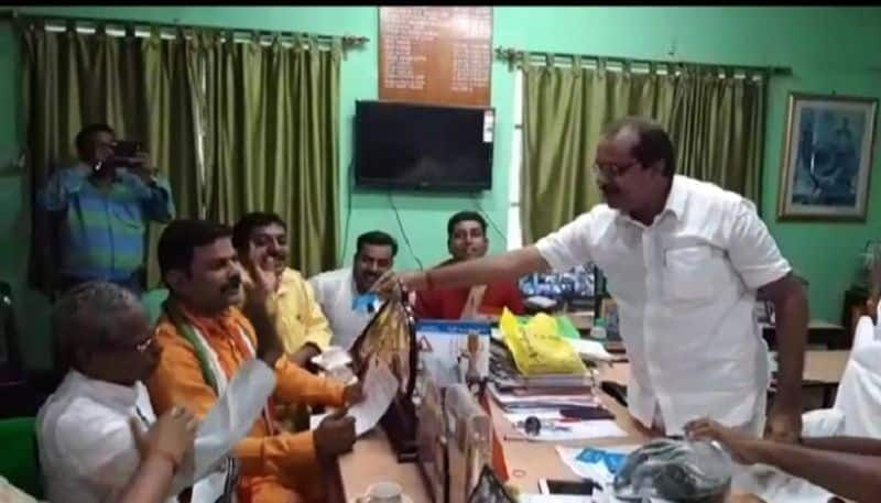 Bizarre instance, bjp leaders holds 'didike bolo' card