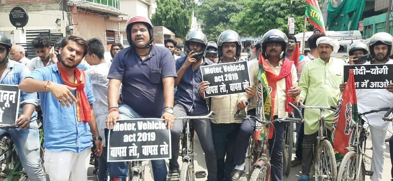 unique protest of samajwadi party against motor vehicle act