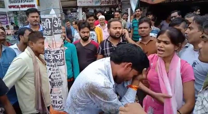 Husband wife fight on road in kanpur