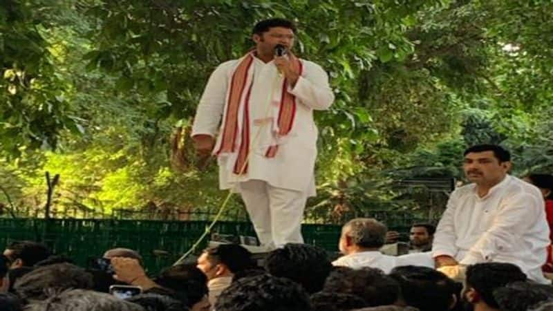 Silent Ashok Tanwar becomes 'rebel' outside Sonia's house, Congress in trouble