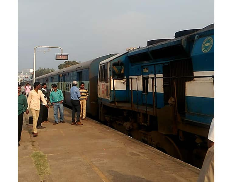 Court Seizes Train for not Paying Compensation to the Farmers