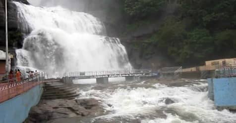 people wishing to go kutralam water falls and enjoying in summer holidays