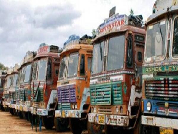 72 migrant  labourers caught while escape from kochi to uttar pradesh by hiding in Lorry
