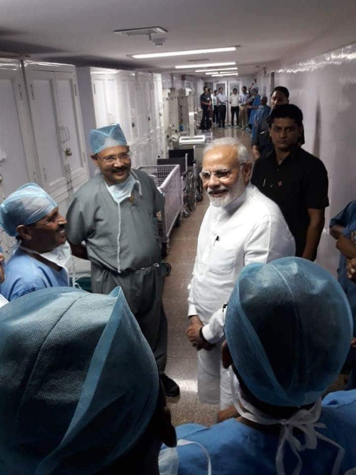 Viral Photo of PM Modi With Doctors: Is It AIIMS?