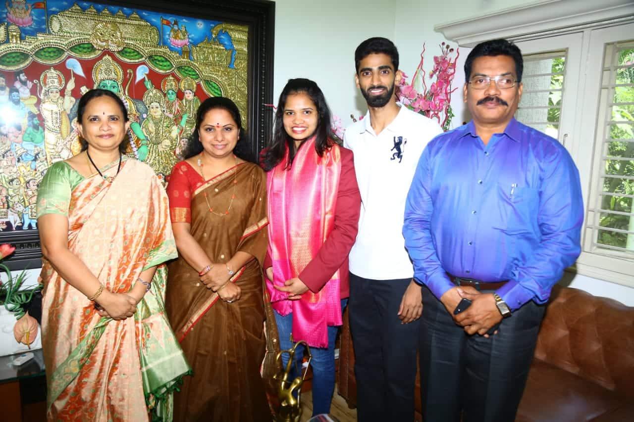 badminton player sikki reddy meets mp kavitha