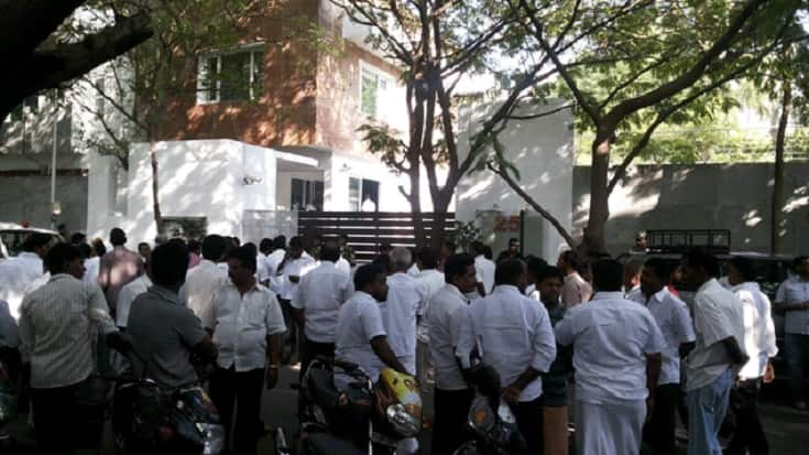 Tamil Nadu is shocked .. The man, who was being treated at a hospital after a fire broke out in front of Chief Stalin's house, has died.