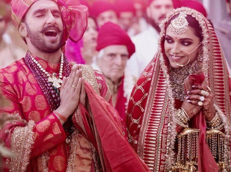 इटली में हुई शादी में दीपिका ने जो तस्वीरें शेयर की है वो तक अनुष्का की शेयर की गई से एकदम मिलती जुलती है।