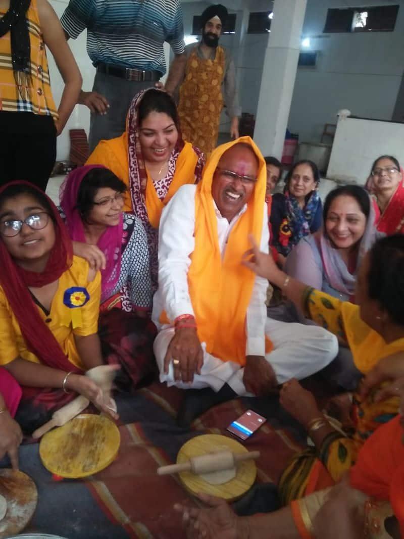 पापड़ बेलने की कहावत तो आपने जरूर सुनी होगी। लेकिन कभी सुना है चुनाव जीतने के लिए 'रोटियां भी बेलनी' पड़ती हैं। अब जरा इन तस्वीरों को ही देख लीजिए। वोटों के लिए नेताजी तरह-तरह के जतन कर रहे हैं। मध्य प्रदेश केमंदसौर से भाजपा प्रत्याशी यशपाल सिंह सिसोदिया जब गुरुद्वारे में एक समारोह में पहुंचे तो वहां पर रोटी बेलने बैठ गए।उनका रोटी बेलते फोटो व्हाट्सएप पर खासे वायरल हो रहे हैं।