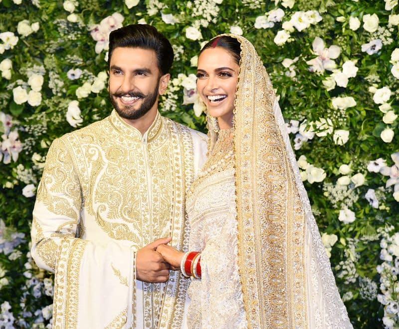 दीपवीर की शादी की एक रिसेप्शन तो बेंगलुरु में हो गई है लेकिन अभी मुंबई की रिसेप्शन बाकी है जो खास तौर पर बॉलीवुड सितारों के लिए और मुंबई के खास लोगों के लिए आयोजित किया जाना है।