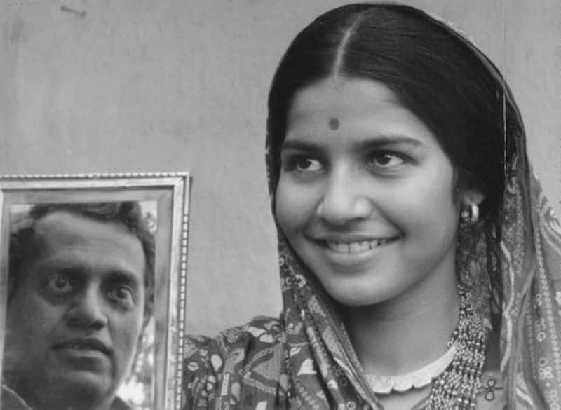 Bhuvan Shome (1969) had the legendary actor Uttpal Dutt, who played the role of a modernised railway officer and Suhasini Mulay as a young tribal woman. Mrinal Sen won two National Film Awards for Best Director and Best Film for the movie.