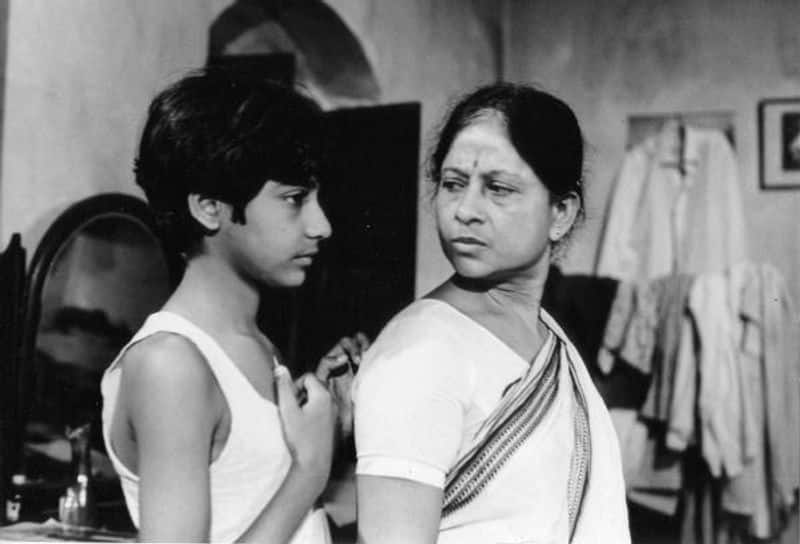 Ek Din Pratidin (1979) was one of the best Bengali films which started a new era raising some vital questions about gender norms. In the movie the eldest daughter of the family earns bread for the family and the male family members including her jobless elder brother depend on her income. Ek Din Pratidin rightfully won the filmmaker a National Award for Best Direction.