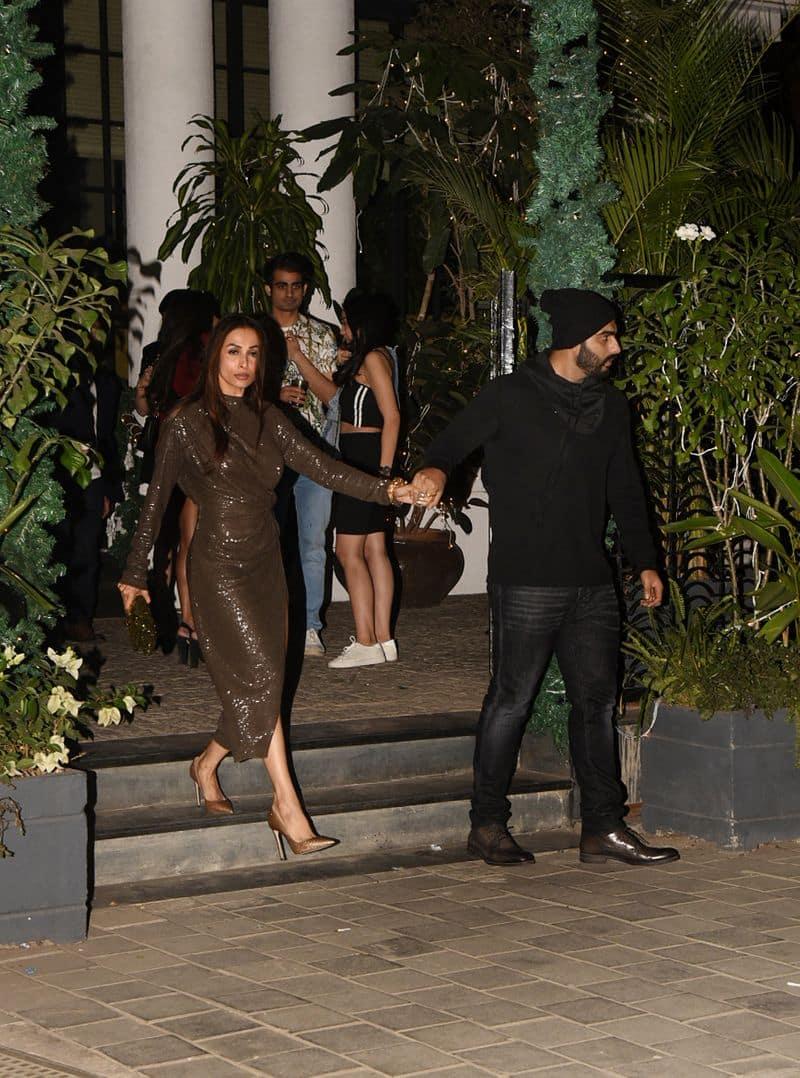 यह तस्वीरें संजय कपूर के घर रखी हुई न्यू इयर की पार्टी के दौरान की हैं। जहां बॉलीवुड के तमाम सेलिब्रिटी शामिल हुए थे।