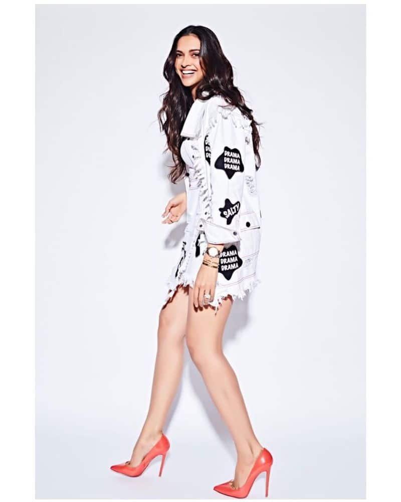 बॉलीवुड अभिनेत्री दीपिका पादुकोण अपने फैशन सेंस के लिए भी इंडस्ट्री में काफी फेमस हैं। इन दिनों दीपिका भले ही कोई फिल्म नहीं कर रही हो लेकिन चर्चोओं में लगातार बनी हुईं हैं।