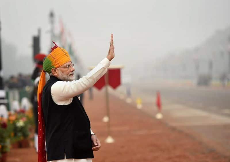 जबकि साल 2015 में पीएम मोदी ने चुनरी प्रिंट वाली सतरंगी पगड़ी पहनी थी।